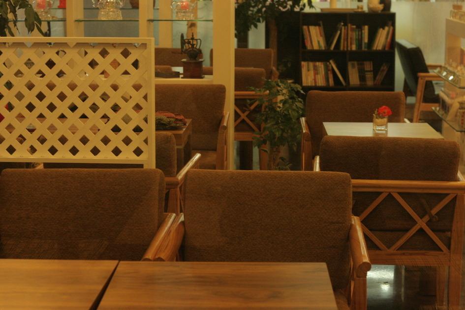 까페의 테이블과 의자의 모습