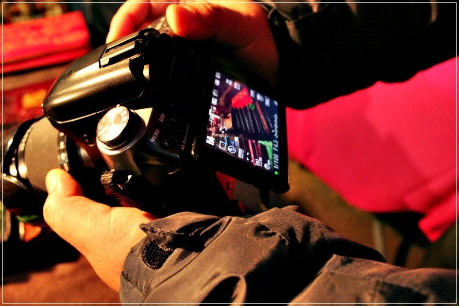 가죽공예상품의 사진을 찍는 카메라