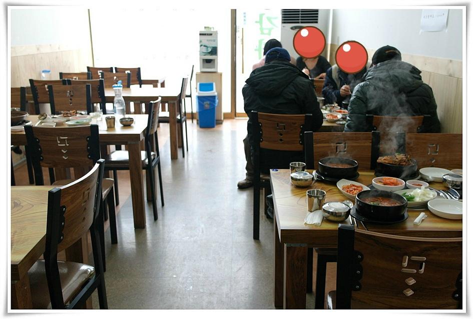 식사를 하는 사람들의 모습
